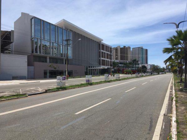 Avenida Colares Moreira, no bairro Renascença, ficou praticamente vazia no terceiro dia do lockdown