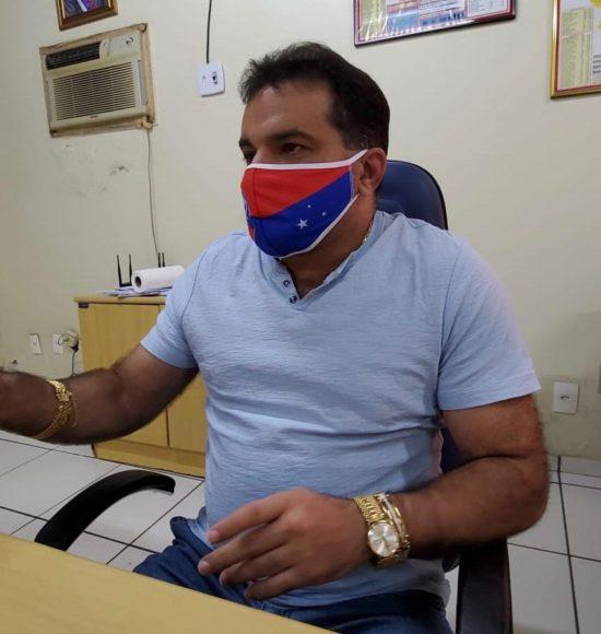 Deputado federal Josimar de Maranhãozinho fazendo propaganda partidária com máscaras faciais para proteção ao novo coronavírus