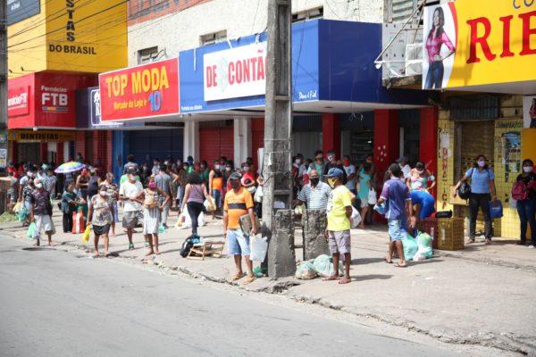 Pessoas se aglomeram em parada de ônibus na Avenida João Pessoa, no bairro João Paulo, no terceiro dia de lockdown