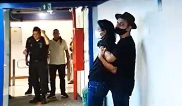 Homem fazendo repórter da TV Globo de refém dentro da emissora