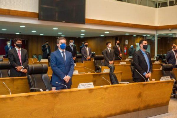 Parlamentares fazem um minuto de silêncio em homenagem ao deputado Zé Gentil