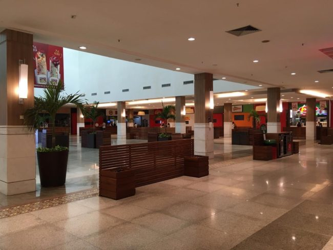 Praça de alimentação ficaram praticamente vazias em shopping de São Luís (MA)