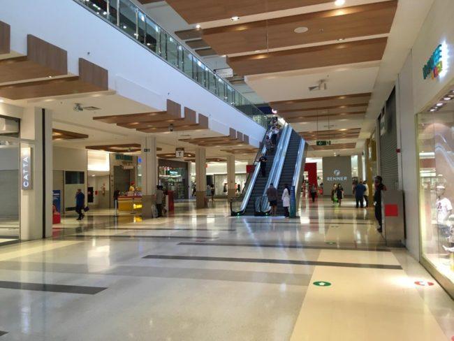 Shopping no bairro Jacaraty registra pouca movimentação no primeiro dia de reabertura em São Luís (MA)