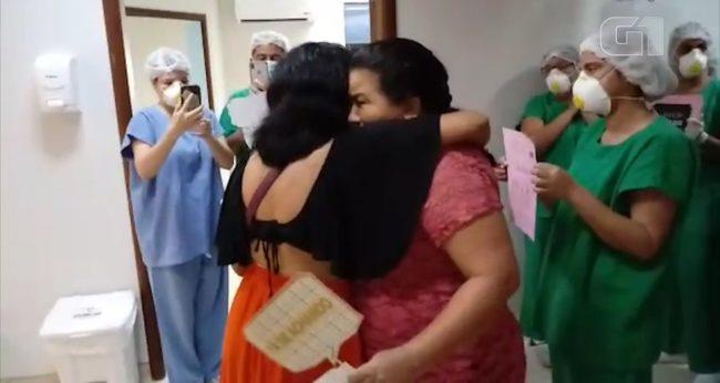 Flávia recebe abraço após receber alta da Covid-19 no Hospital Universitário, em São Luís