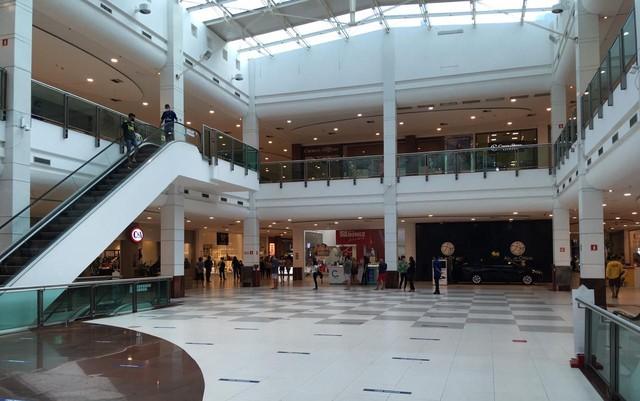Praça de eventos em shopping center registra pouca movimentação em São Luís (MA)