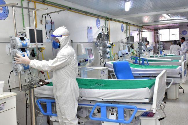 Profissionais da saúde trabalham em UTI para pacientes com Covid-19 em São Luís