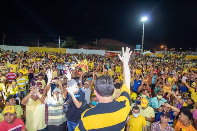 Tema sendo ovacionado pela população de Tuntum
