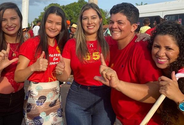Advogada Tanya Mendes (no centro da imagem) marcando presença no comício de Toca Serra
