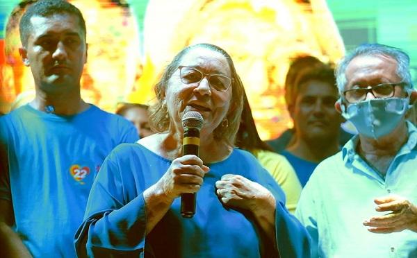Dona Angélica em discurso durante inaguração de comitê em Miranda do Norte