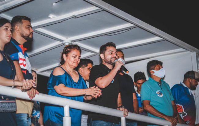 Ricardo Rios em discurso de apoio a candidatura da mãe Dóris