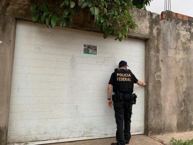PF na entrada da residência do vereador alvo da operação em Ribamar