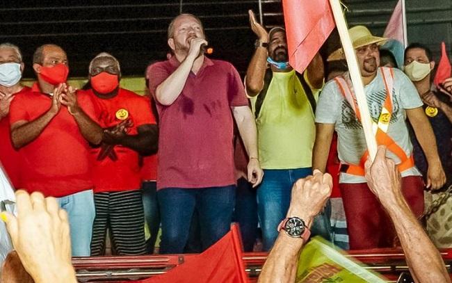 Othelino Neto em discurso de apoio ao candidato Heliezer do Povo