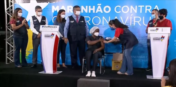 Governador Flávio Dino ao lado da técnica de enfermagem que recebeu a vacina contra a Covid-19