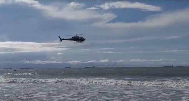 Helicóptero busca por jovem que desapareceu na praia do Araçagy