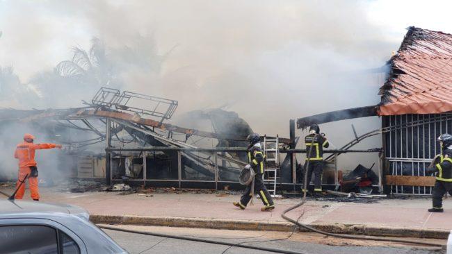 Bar pega fogo na avenida Litorânea na manhã deste domingo