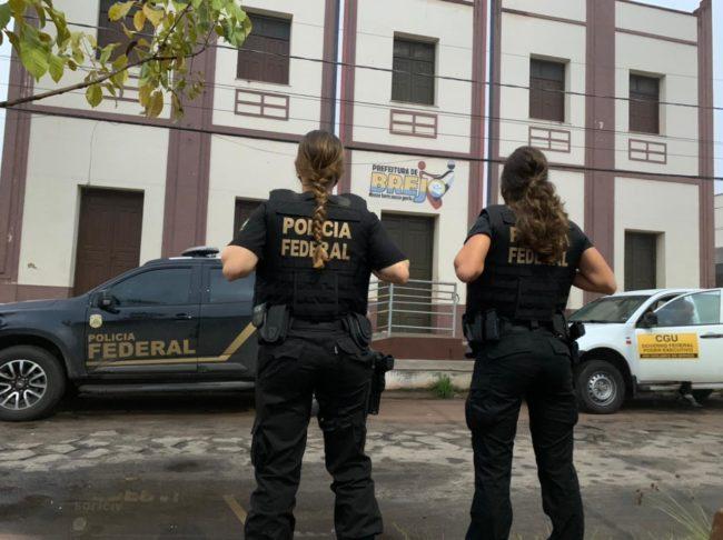 Agentes federais na porta da Prefeitura de Brejo (MA)