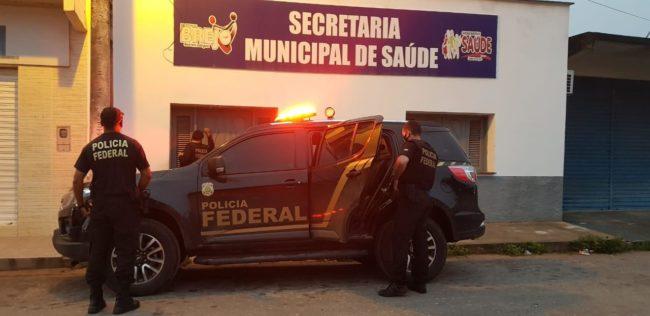 Federais na porta da Secretaria de Saúde de Brejo (MA)