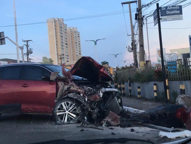 Frente do veículo de passeio ficou completamente destruído após o acidente na Avenida dos Holandeses em São Luís