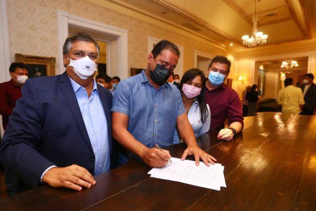 """Senador Weverton Rocha assinando a """"Carta de Compromisso"""" nesta segunda (5) no Palácio dos Leões"""