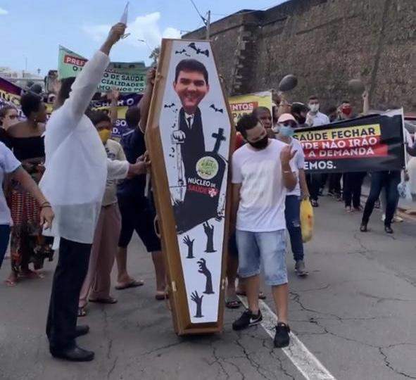 População faz caixão do prefeito Eduardo Braide em São Luís-MA