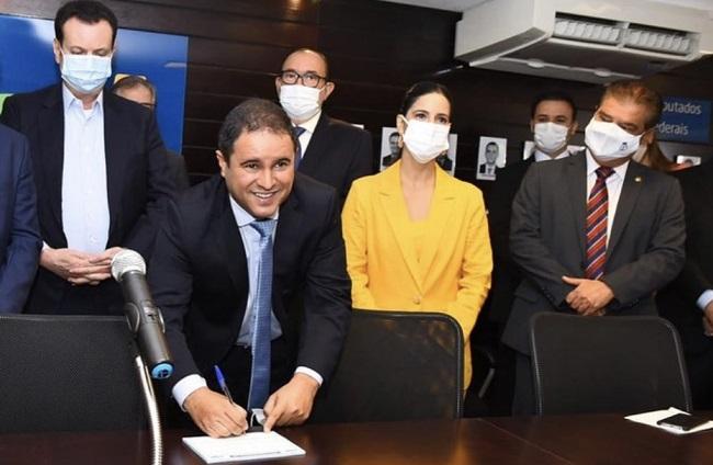Edivaldo Holanda Júnior assinando sua filiação no PSD hoje (4) em Brasília
