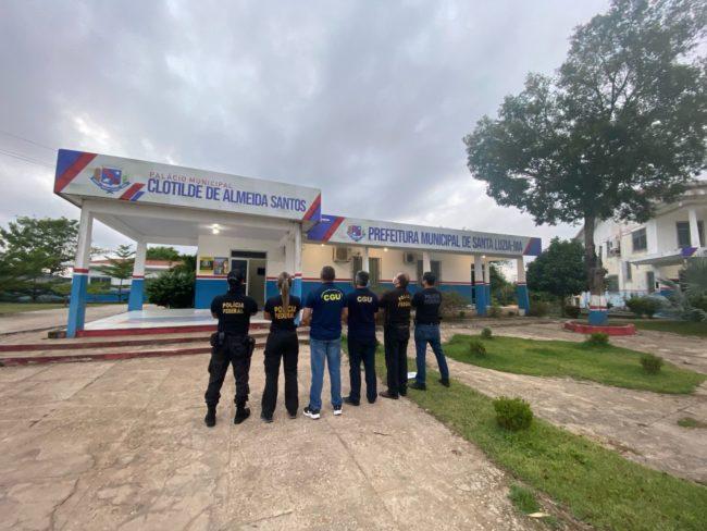 Agentes federais na porta da Prefeitura de Santa Luzia