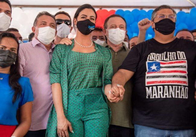 Deputada Daniela Tema de mãos dadas ao lado do governador Flávio Dino